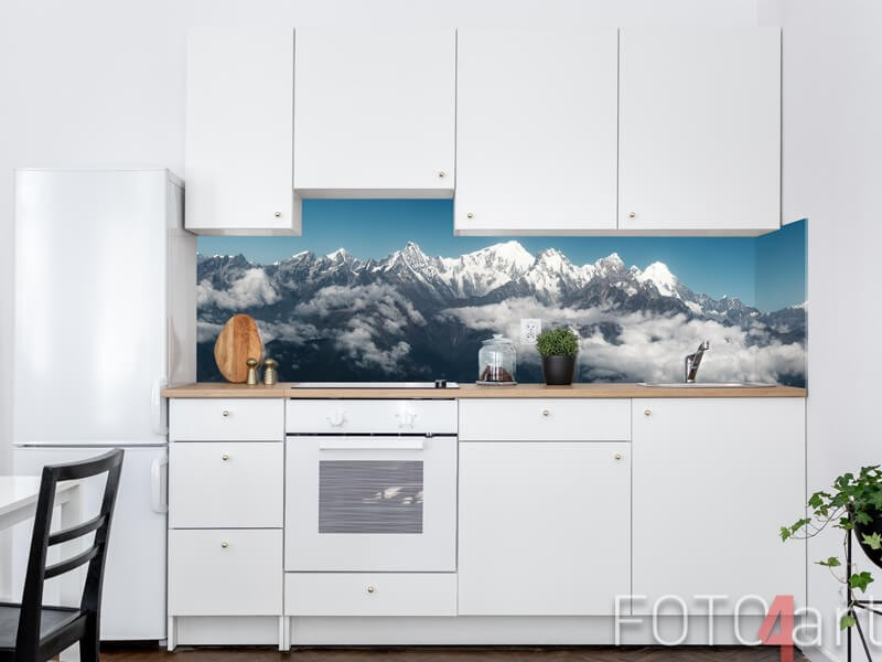 Glazen keukenachterwand met besneeuwde bergen